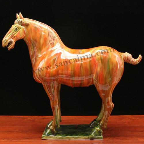 披红挂彩三彩马侧面